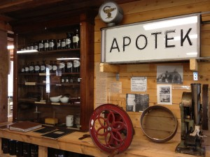The apothecary exhibit in the Robertsfors Bruksmuseum, Sweden. The castoreum jar is the last one on the left on the upper shelf.