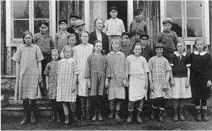 Photo of the teacher Gena Brännholm with her class at Görvik in 1925. Photo in Jamtli archive, 81X549:10-11